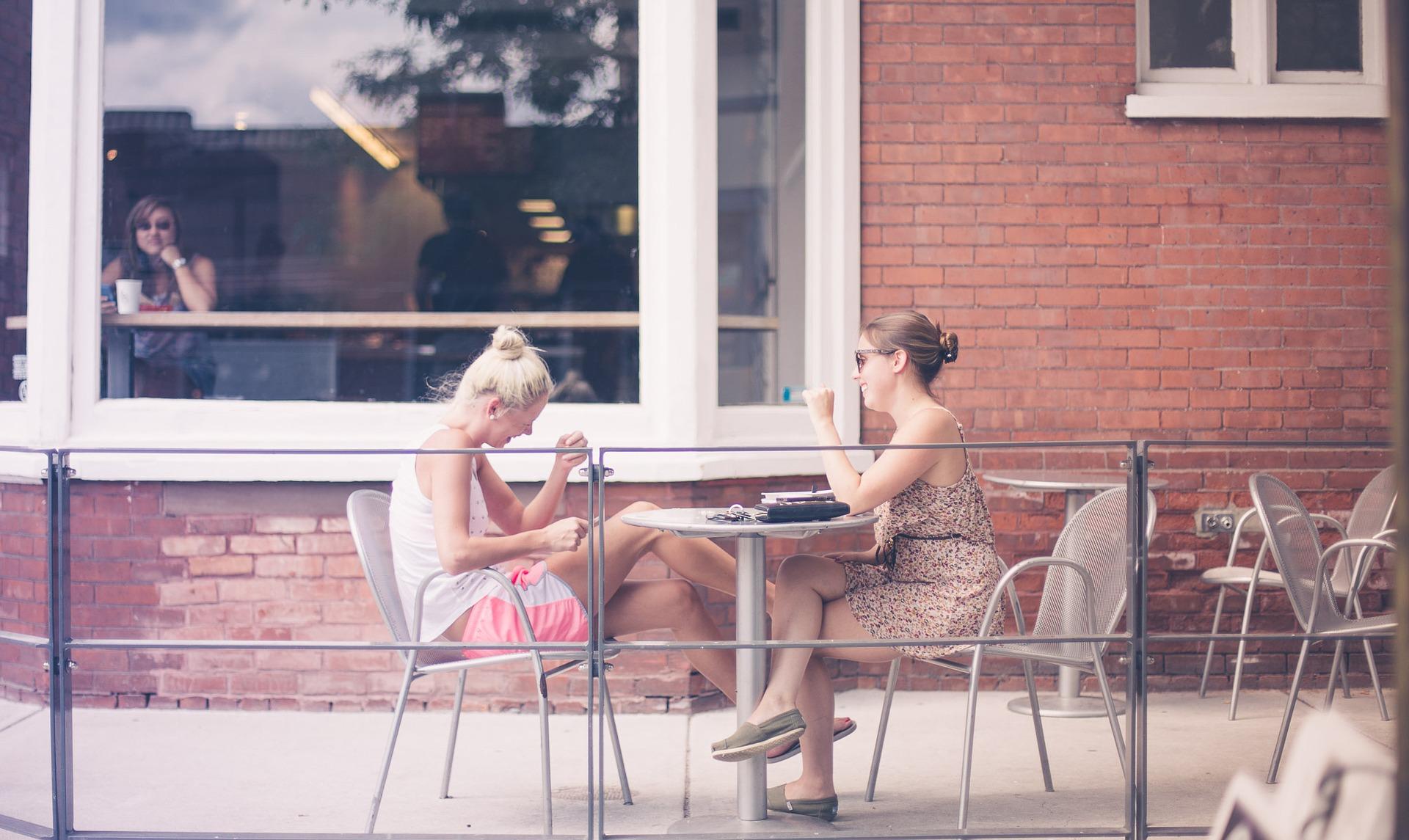 kahvilassa ystävän kanssa
